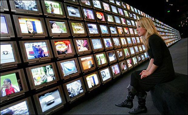 девушка смотрит на экраны