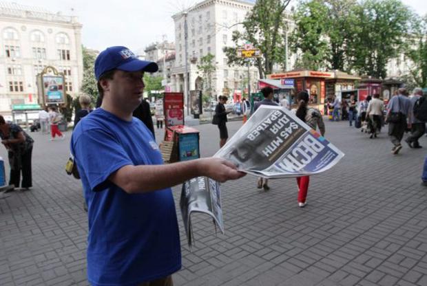 Главред вестей раздавал газету у