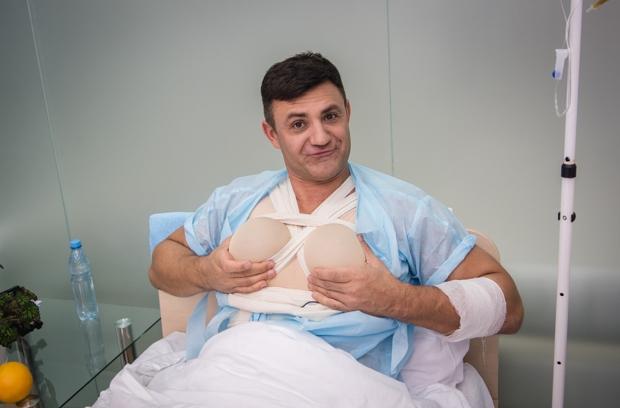 издеваются над женской грудью