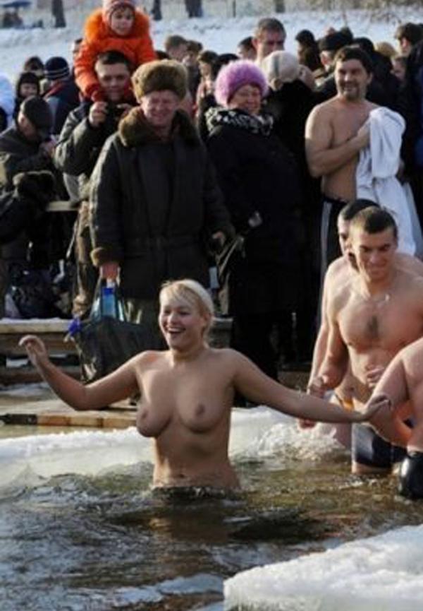 kupanie-goloy-devushki-foto