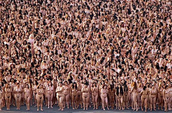 Фото голой девушки на фоне толпы мужиков